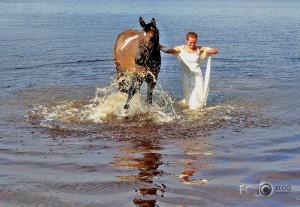 peldes ar zirgiem